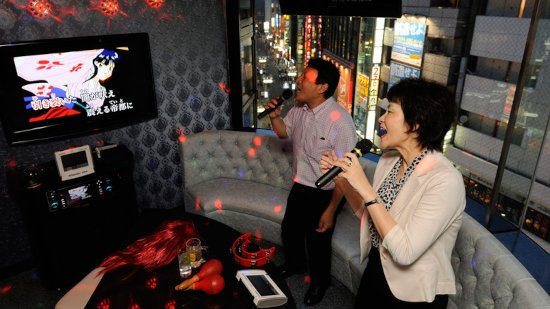 istoriya-karaoke-bar-muzhchina-zhenshchina-ehkran